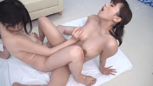 友達同士の女の子が乳首こねくり回しレズ体験18